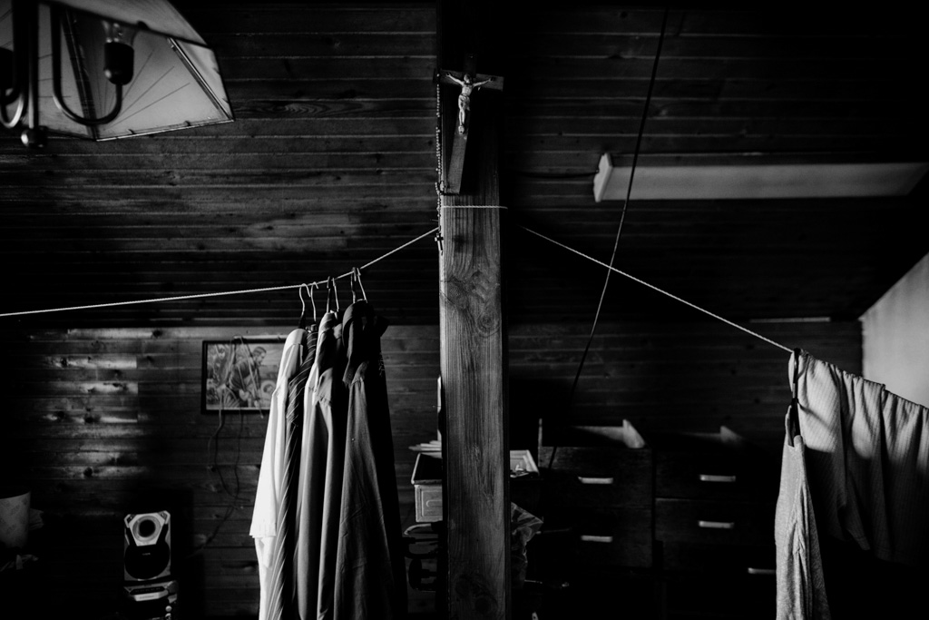Clothes of Darko Špenko are hanging in the attic of his house. Darko, a mechanical worker committed suicide with a gun he modified. He suffered severe health problems and worsening economical situation.